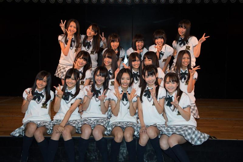 【AKB48パンチラ画像】可愛いミニスカ衣装でパンチラしそうなアイドル画像 16