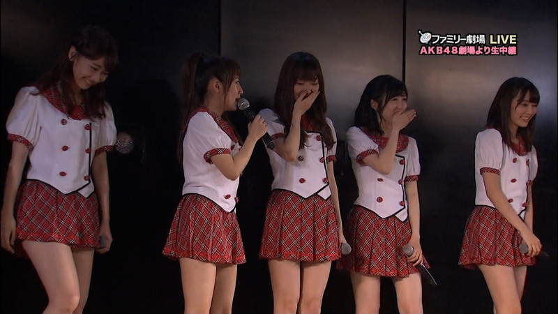 【AKB48パンチラ画像】可愛いミニスカ衣装でパンチラしそうなアイドル画像 17