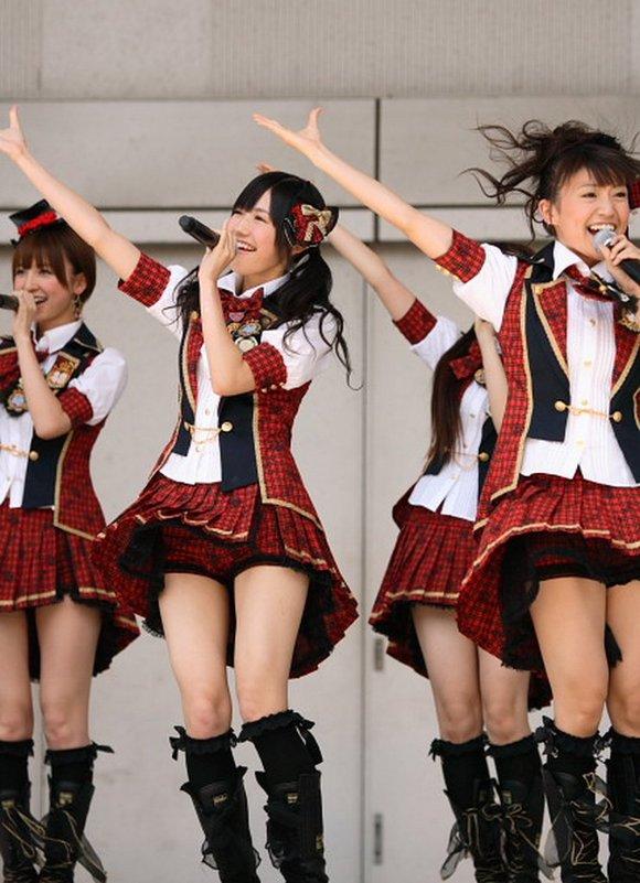 【AKB48パンチラ画像】可愛いミニスカ衣装でパンチラしそうなアイドル画像 22