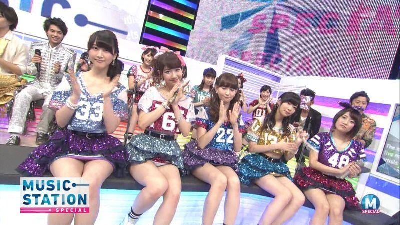 【AKB48パンチラ画像】可愛いミニスカ衣装でパンチラしそうなアイドル画像 23