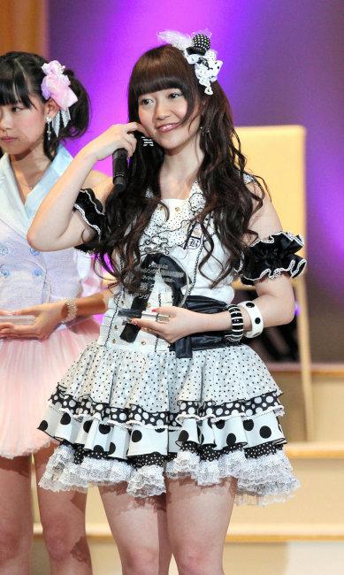 【AKB48パンチラ画像】可愛いミニスカ衣装でパンチラしそうなアイドル画像 28