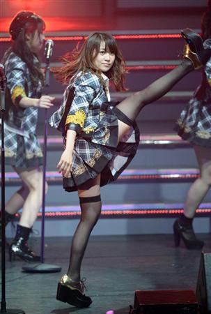 【AKB48パンチラ画像】可愛いミニスカ衣装でパンチラしそうなアイドル画像 29