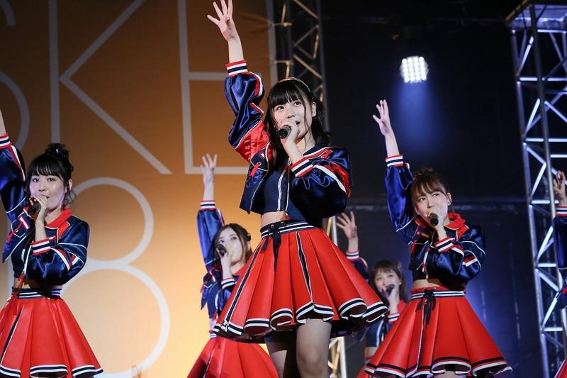 【AKB48パンチラ画像】可愛いミニスカ衣装でパンチラしそうなアイドル画像 31