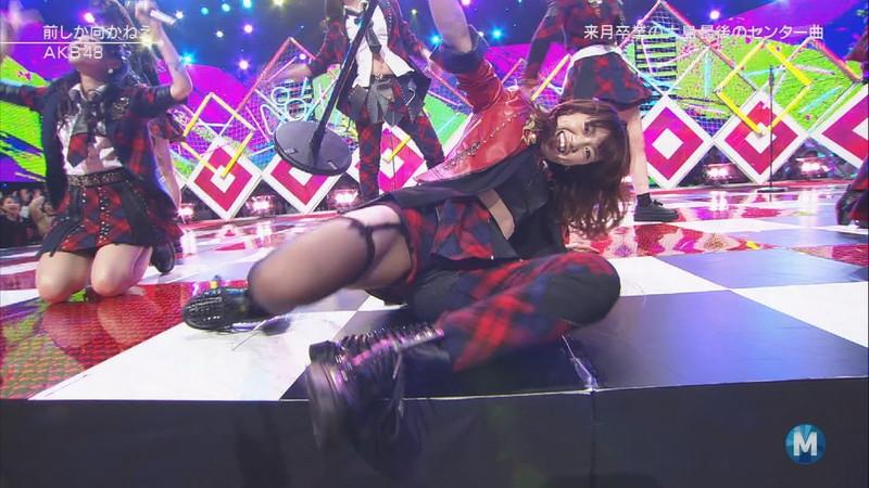 【AKB48パンチラ画像】可愛いミニスカ衣装でパンチラしそうなアイドル画像 32