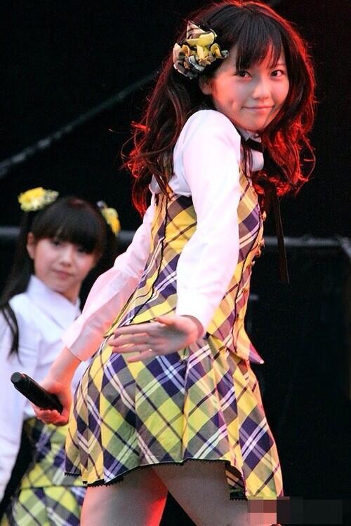 【AKB48パンチラ画像】可愛いミニスカ衣装でパンチラしそうなアイドル画像 34