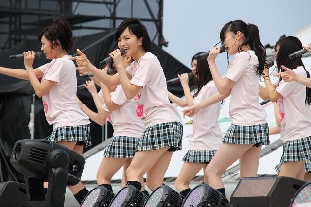 【AKB48パンチラ画像】可愛いミニスカ衣装でパンチラしそうなアイドル画像 35
