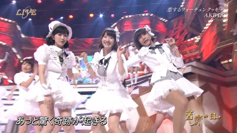 【AKB48パンチラ画像】可愛いミニスカ衣装でパンチラしそうなアイドル画像 36