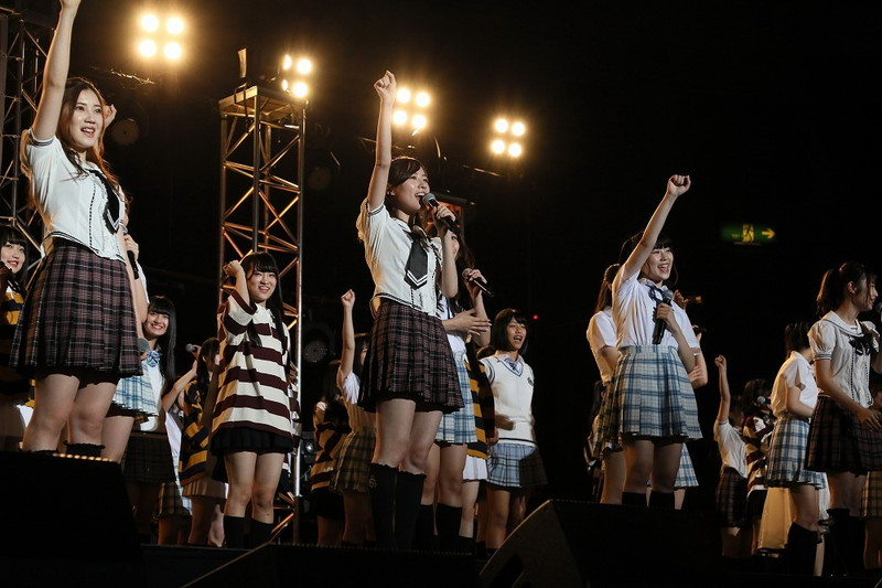 【AKB48パンチラ画像】可愛いミニスカ衣装でパンチラしそうなアイドル画像 38