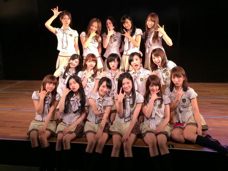 【AKB48パンチラ画像】可愛いミニスカ衣装でパンチラしそうなアイドル画像 41