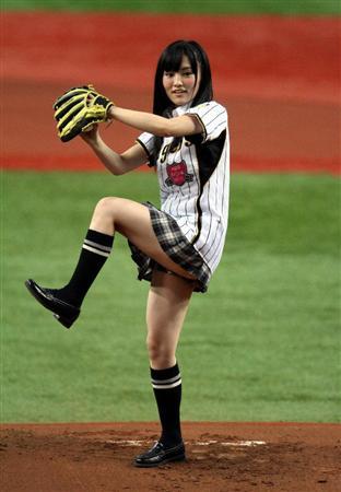 【AKB48パンチラ画像】可愛いミニスカ衣装でパンチラしそうなアイドル画像 51
