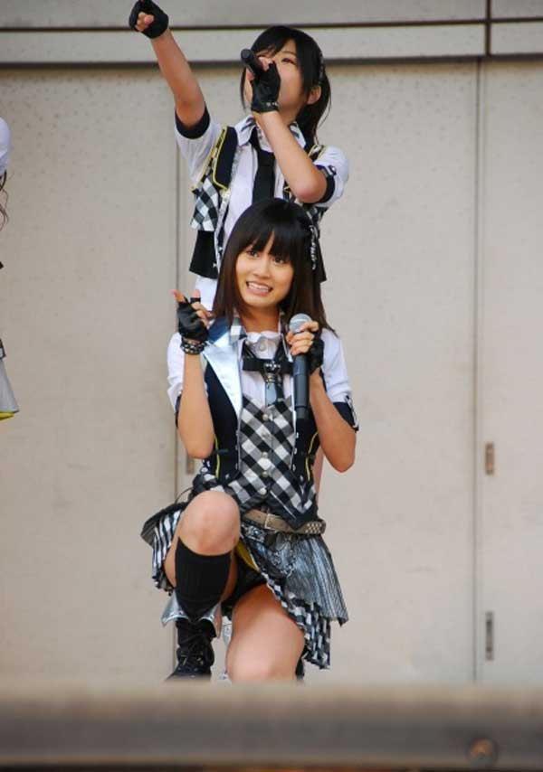 【AKB48パンチラ画像】可愛いミニスカ衣装でパンチラしそうなアイドル画像 52