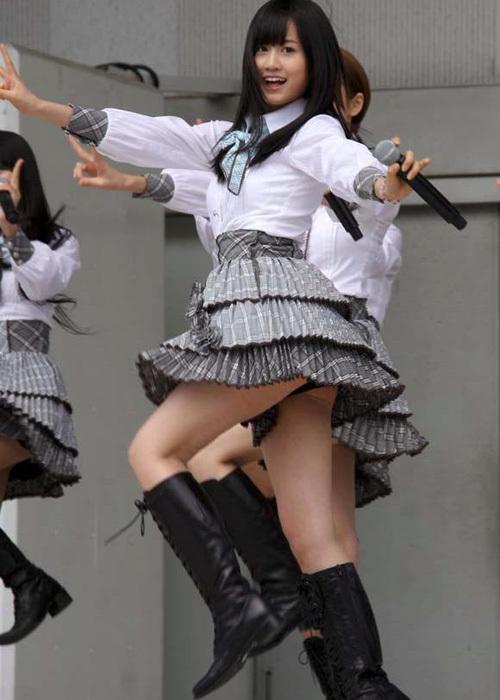 【AKB48パンチラ画像】可愛いミニスカ衣装でパンチラしそうなアイドル画像 64