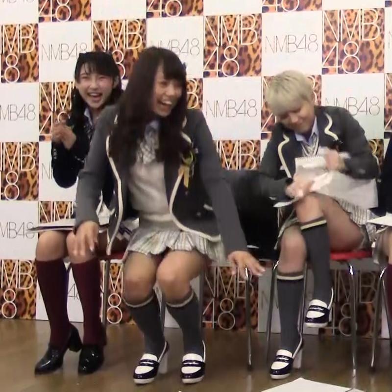 【AKB48パンチラ画像】可愛いミニスカ衣装でパンチラしそうなアイドル画像 74