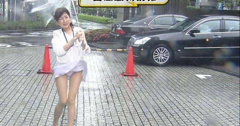 【女性タレント生足画像】短いスカートで生足をテレビで見せつけるタレント画像 03