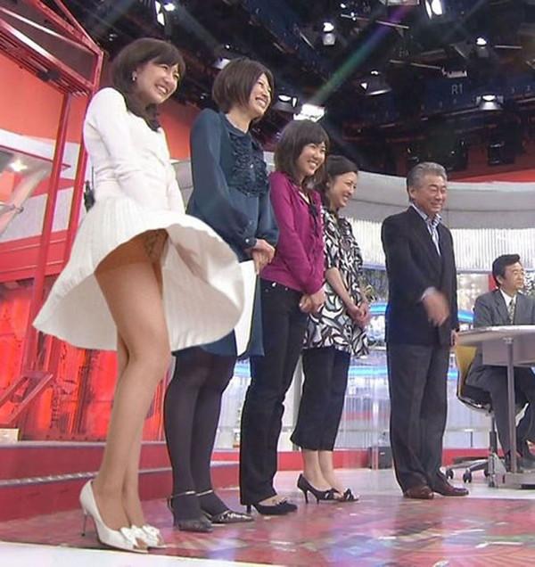 【女性タレント生足画像】短いスカートで生足をテレビで見せつけるタレント画像 09