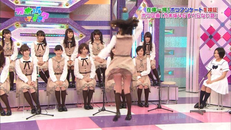 【女性タレント生足画像】短いスカートで生足をテレビで見せつけるタレント画像 22