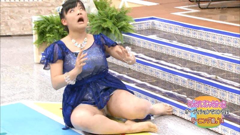 【女性タレント生足画像】短いスカートで生足をテレビで見せつけるタレント画像 25