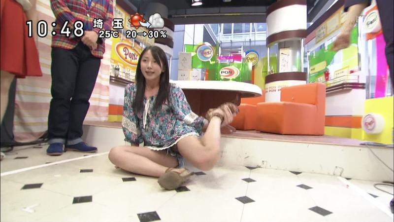 【女性タレント生足画像】短いスカートで生足をテレビで見せつけるタレント画像 26