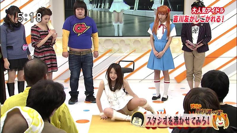 【女性タレント生足画像】短いスカートで生足をテレビで見せつけるタレント画像 32