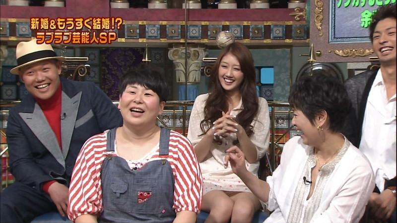 【女性タレント生足画像】短いスカートで生足をテレビで見せつけるタレント画像 54