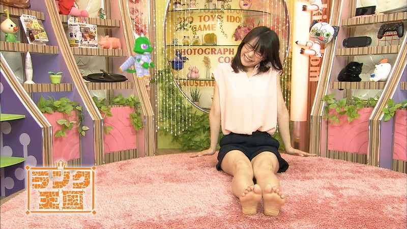 【美女の足裏画像】グラドル美女が見せつける美脚の足裏フェチ画像 03