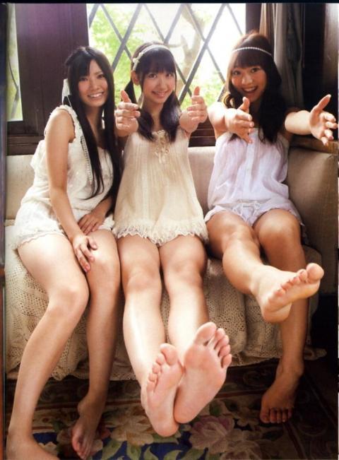 【美女の足裏画像】グラドル美女が見せつける美脚の足裏フェチ画像 04