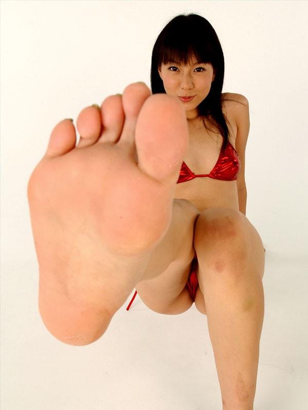 【美女の足裏画像】グラドル美女が見せつける美脚の足裏フェチ画像 05