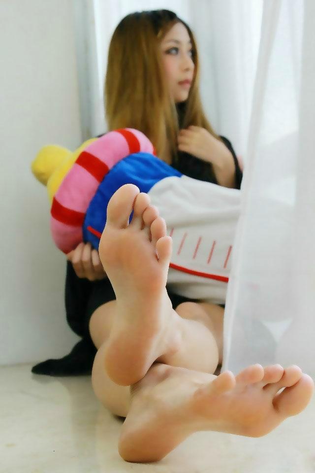 【美女の足裏画像】グラドル美女が見せつける美脚の足裏フェチ画像 07