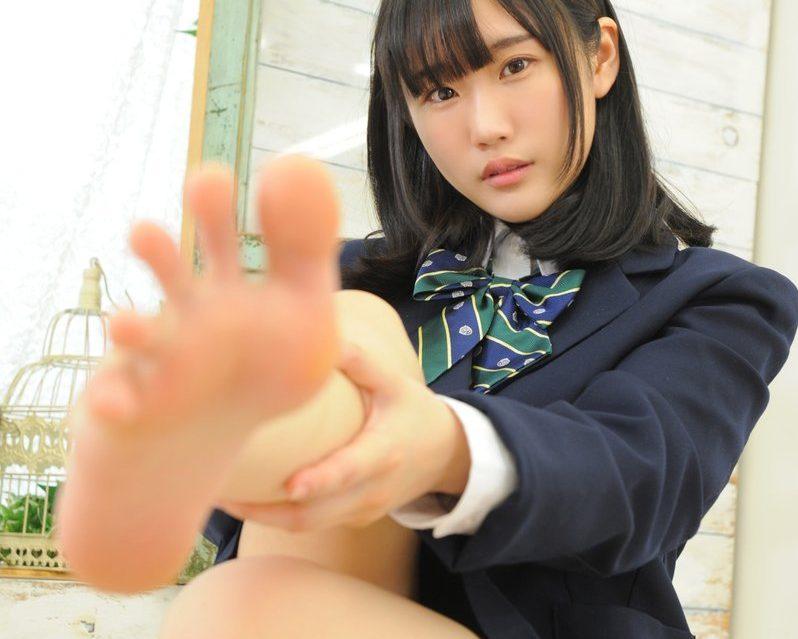 【美女の足裏画像】グラドル美女が見せつける美脚の足裏フェチ画像 26
