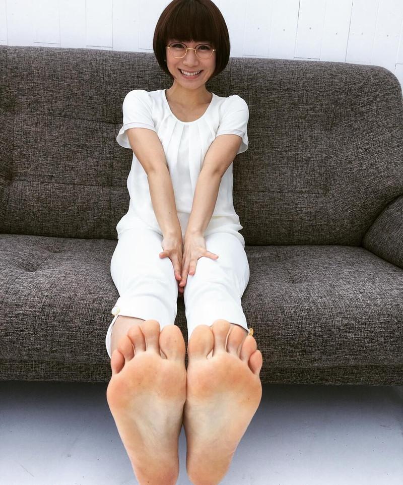 【美女の足裏画像】グラドル美女が見せつける美脚の足裏フェチ画像 32