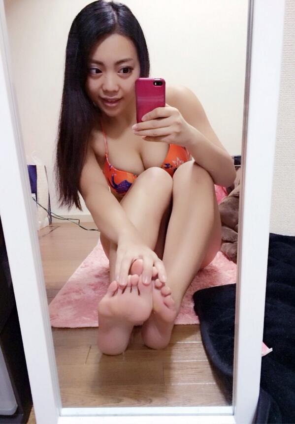 【美女の足裏画像】グラドル美女が見せつける美脚の足裏フェチ画像 48