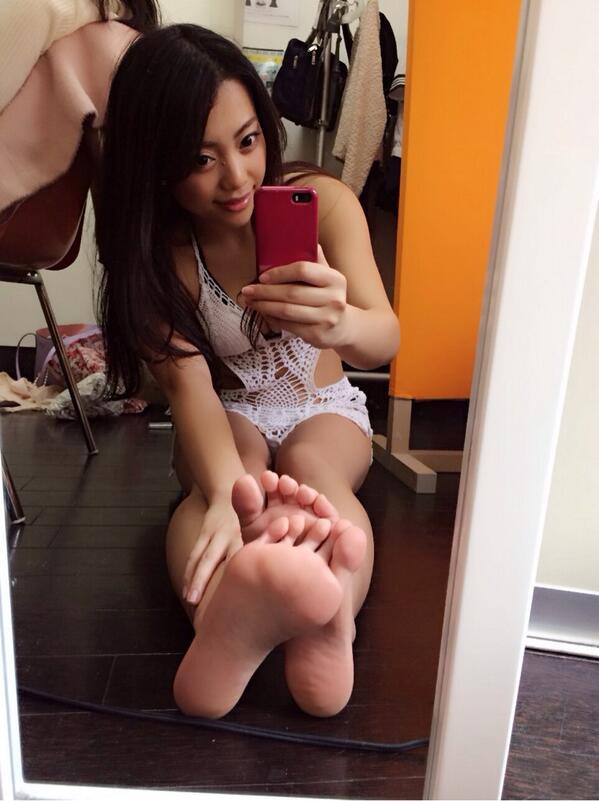 【美女の足裏画像】グラドル美女が見せつける美脚の足裏フェチ画像 49