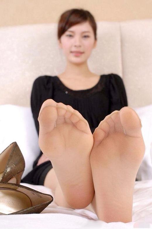 【美女の足裏画像】グラドル美女が見せつける美脚の足裏フェチ画像 77