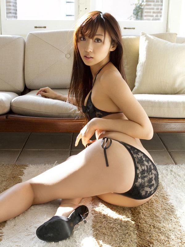 【お尻エロ画像】クイッと突き出したヒップラインがヌケるグラビア美女 13