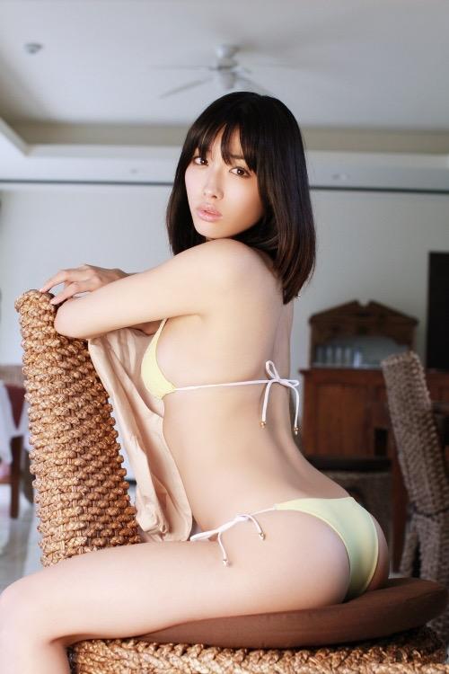 【お尻エロ画像】クイッと突き出したヒップラインがヌケるグラビア美女 19