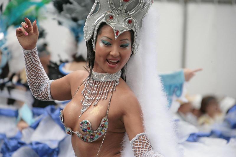 【サンバカーニバル】まるで野外露出ショーみたいなエロい衣装で踊り狂う女性達!