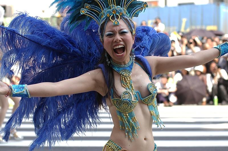 【サンバカーニバル】まるで野外露出ショーみたいなエロい衣装で踊り狂う女性達! 04
