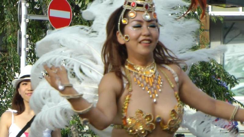 【サンバカーニバル】まるで野外露出ショーみたいなエロい衣装で踊り狂う女性達! 05