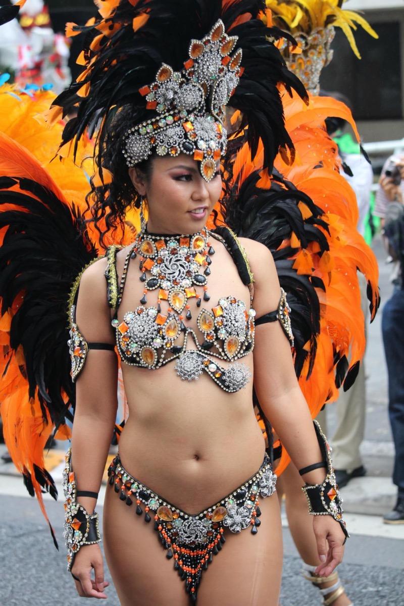 【サンバカーニバル】まるで野外露出ショーみたいなエロい衣装で踊り狂う女性達! 06