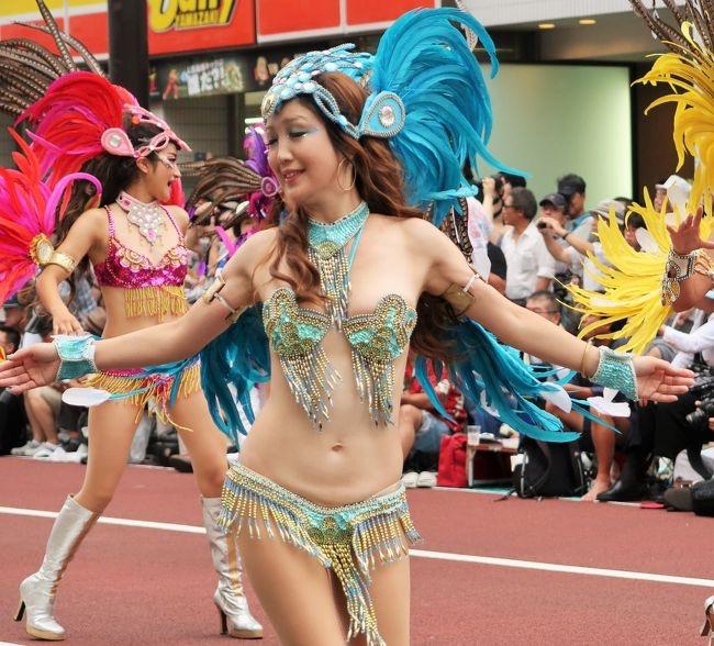 【サンバカーニバル】まるで野外露出ショーみたいなエロい衣装で踊り狂う女性達! 07