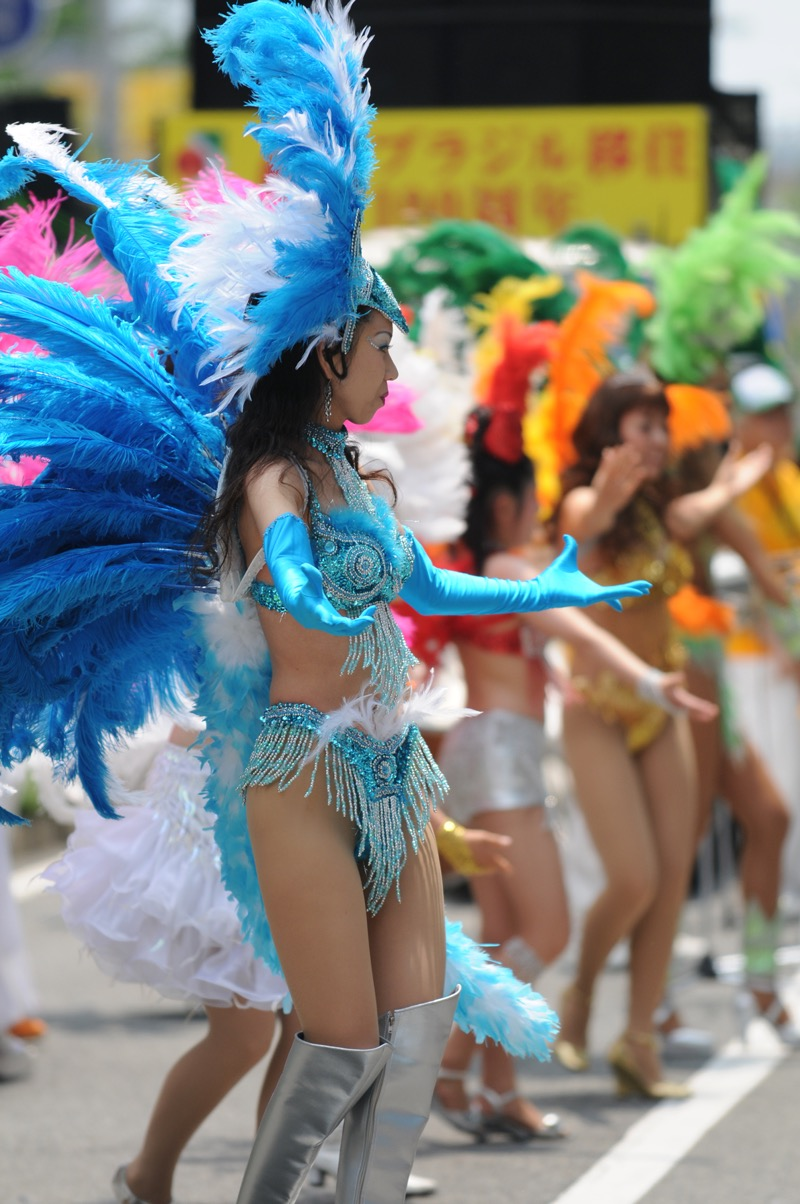 【サンバカーニバル】まるで野外露出ショーみたいなエロい衣装で踊り狂う女性達! 08