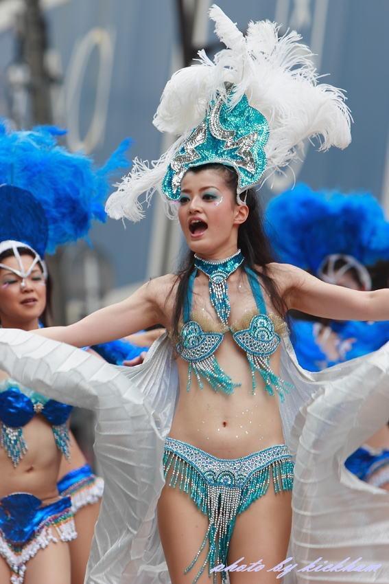 【サンバカーニバル】まるで野外露出ショーみたいなエロい衣装で踊り狂う女性達! 09
