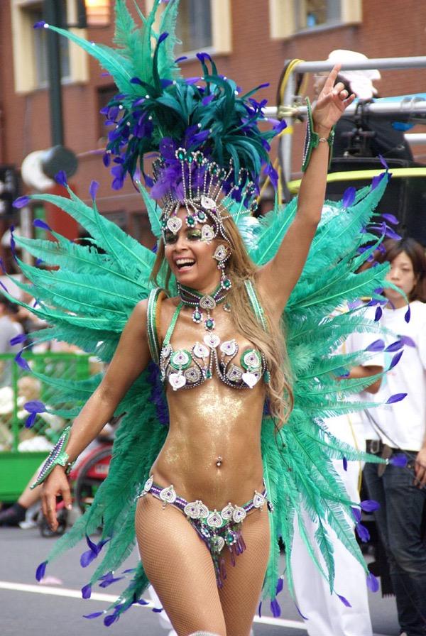 【サンバカーニバル】まるで野外露出ショーみたいなエロい衣装で踊り狂う女性達! 10