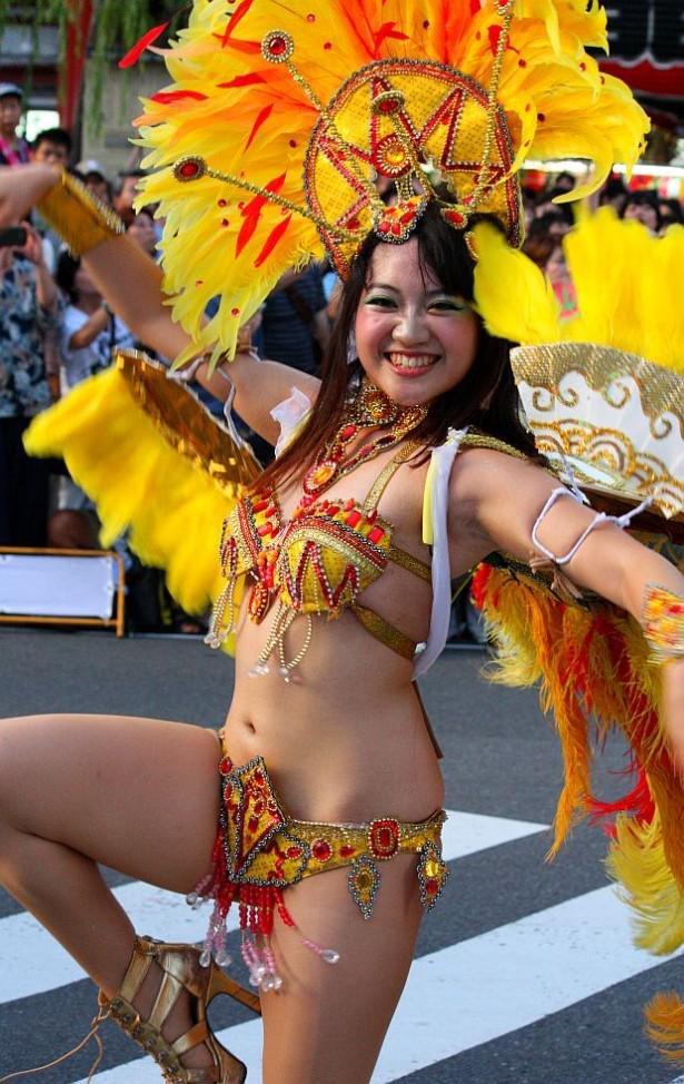 【サンバカーニバル】まるで野外露出ショーみたいなエロい衣装で踊り狂う女性達! 12