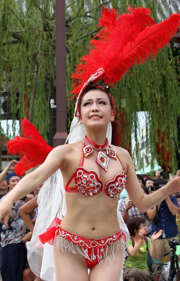 【サンバカーニバル】まるで野外露出ショーみたいなエロい衣装で踊り狂う女性達! 13