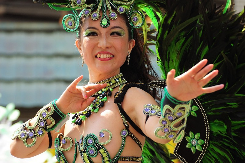 【サンバカーニバル】まるで野外露出ショーみたいなエロい衣装で踊り狂う女性達! 14