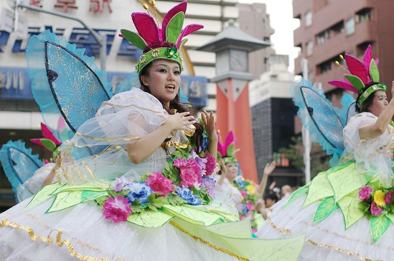 【サンバカーニバル】まるで野外露出ショーみたいなエロい衣装で踊り狂う女性達! 16