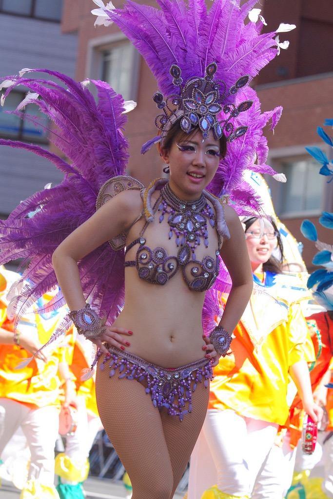 【サンバカーニバル】まるで野外露出ショーみたいなエロい衣装で踊り狂う女性達! 17