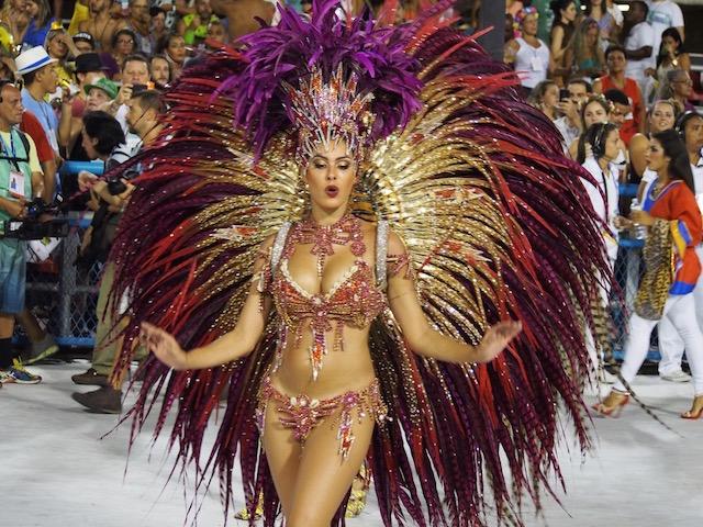 【サンバカーニバル】まるで野外露出ショーみたいなエロい衣装で踊り狂う女性達! 18