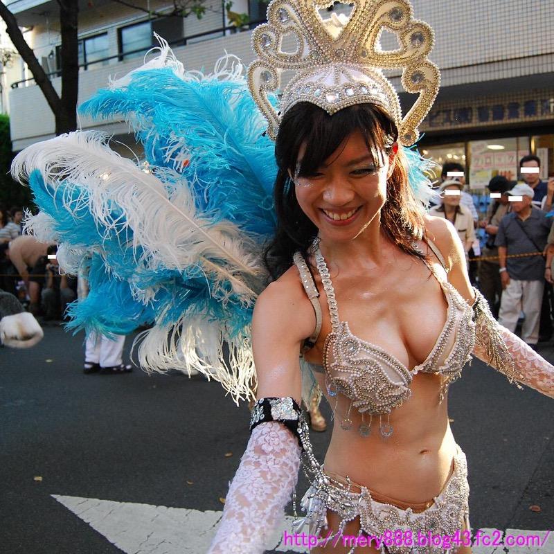 【サンバカーニバル】まるで野外露出ショーみたいなエロい衣装で踊り狂う女性達! 19